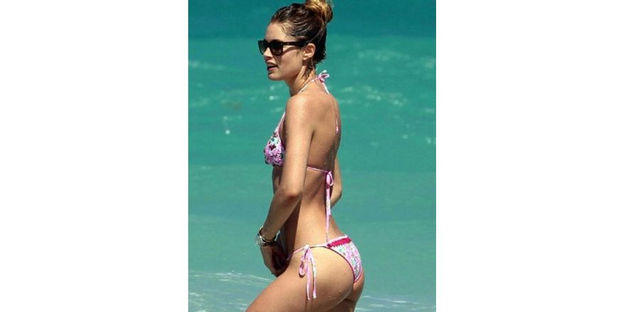 Pembe bikinili güzel...