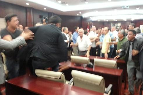 Gazeteciler kongresinde Gazetecilere saldırı!.. 2
