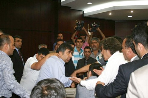 Gazeteciler kongresinde Gazetecilere saldırı!.. 6