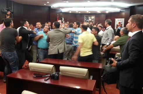 Gazeteciler kongresinde Gazetecilere saldırı!.. 8
