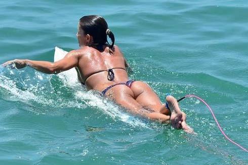 Sörf yaparak dikkat çektiler 13
