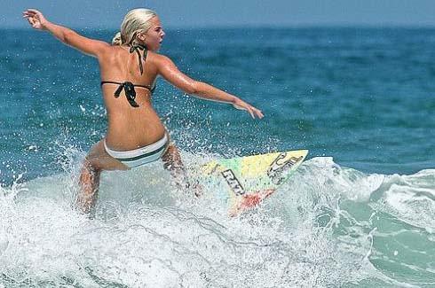 Sörf yaparak dikkat çektiler 4