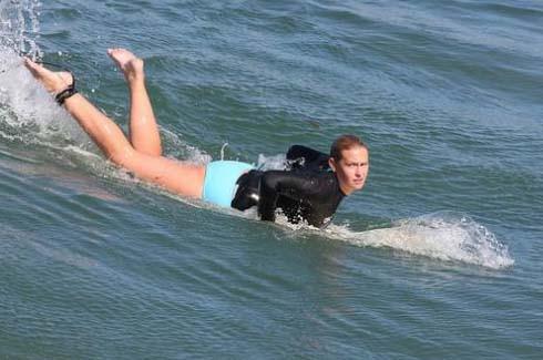 Sörf yaparak dikkat çektiler 6