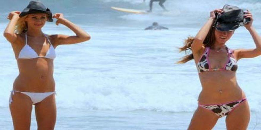 Sörf yaparak dikkat çektiler