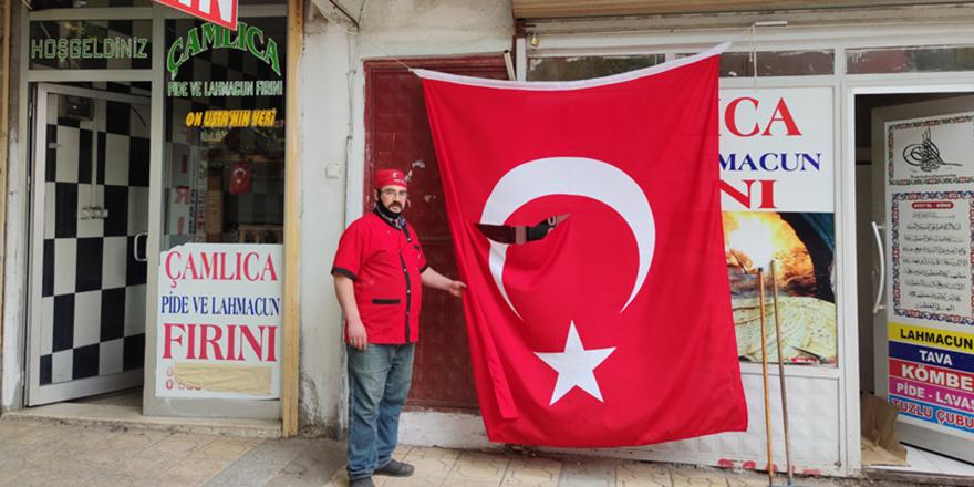Türk bayrağını yırttılar