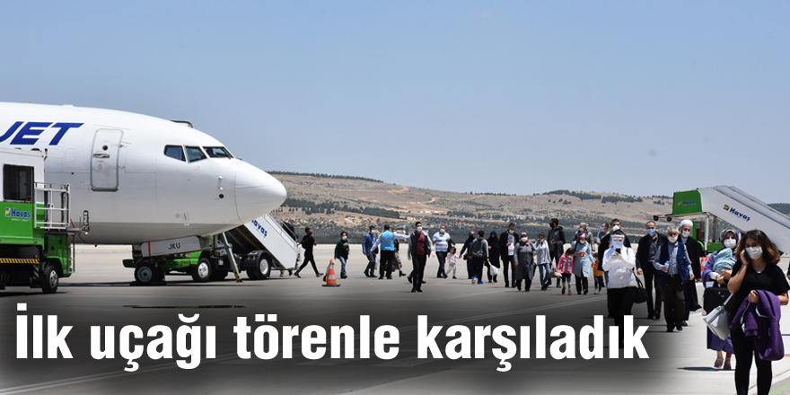 İlk uçağı törenle karşıladık