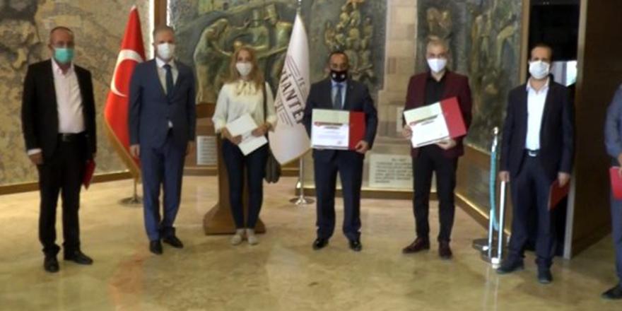 Suriyeli doktorlara teşekkür belgesi