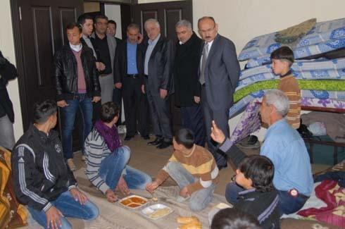 Uzer, Suriyelileri ziyaret etti