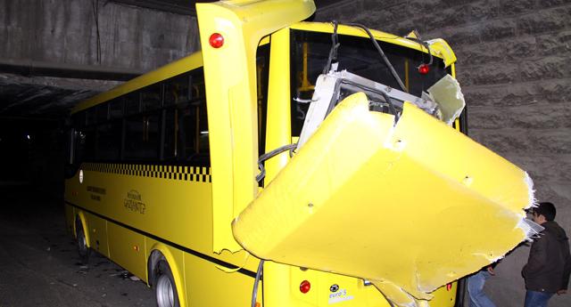 Midibüs tünelde sıkıştı: 4 yaralı