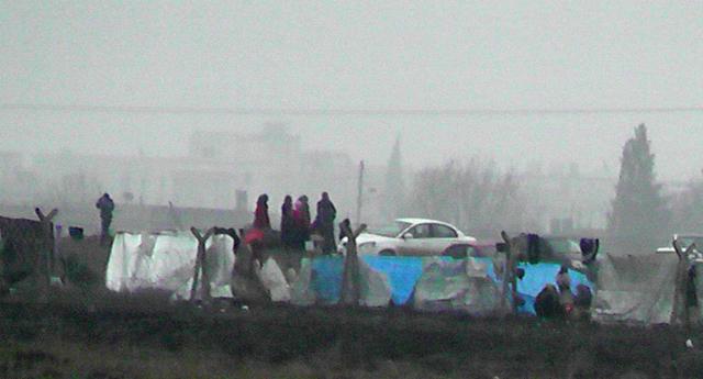 Türkmenler sınırda bekliyor