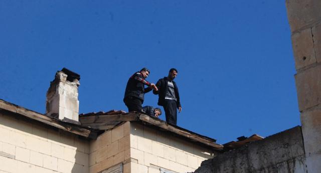 Ceza alınca çatıya çıktı