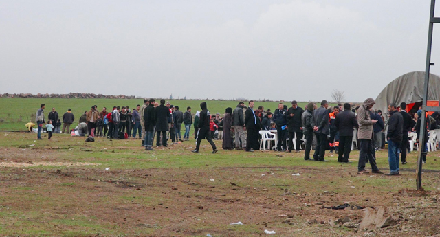 Türkmenler sınıra akın etti