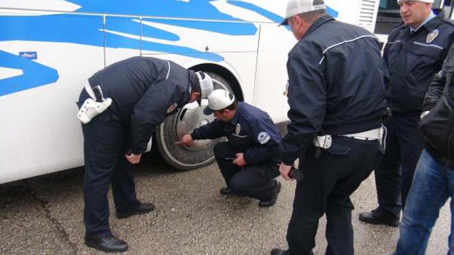 Polis\'ten kış lastiği kontrolü