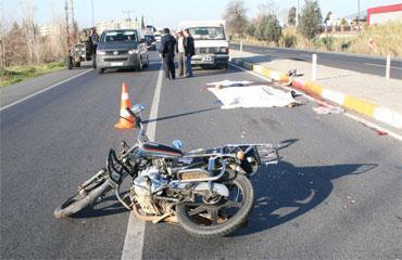 Kamyonun altında kalan motosikletli feci şekilde hayatını kaybetti