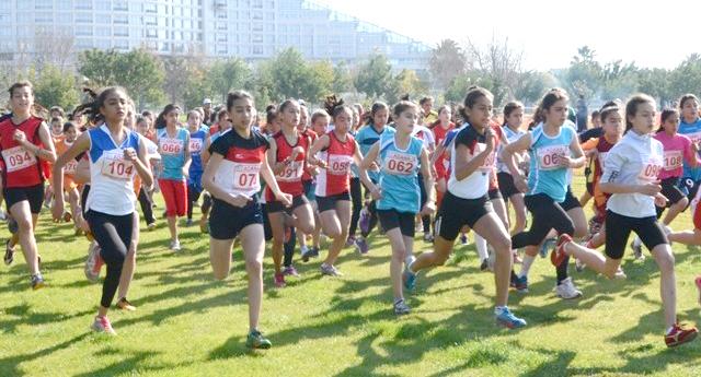 Atletler Adana'da koştu