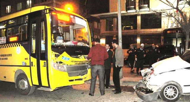 Halk otobüsüyle çarpıştı