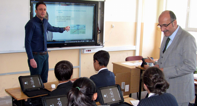 Öğrencilere tablet dersi