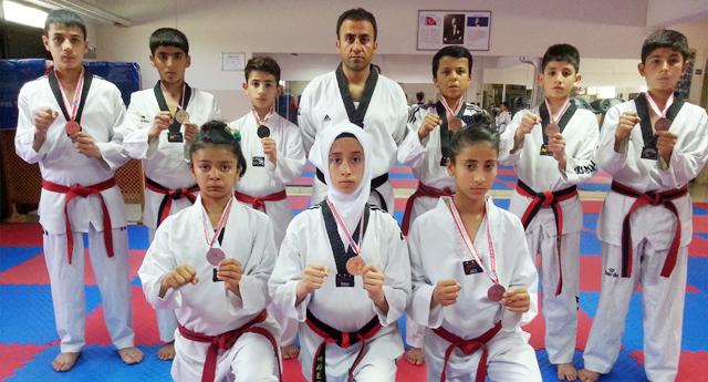 Şahinbey'in taekwondocuları madalyaları topladı