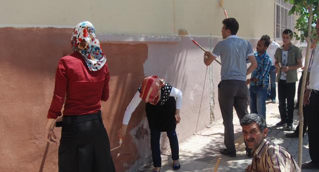 Topluma hizmet için okul boyadılar