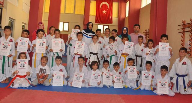 Karateciler kuşak atladı