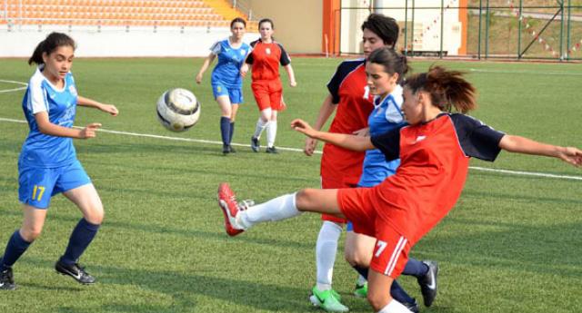 Genç bayanlar futbol arenasında