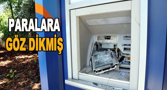 ATM'yi taşla parçaladı
