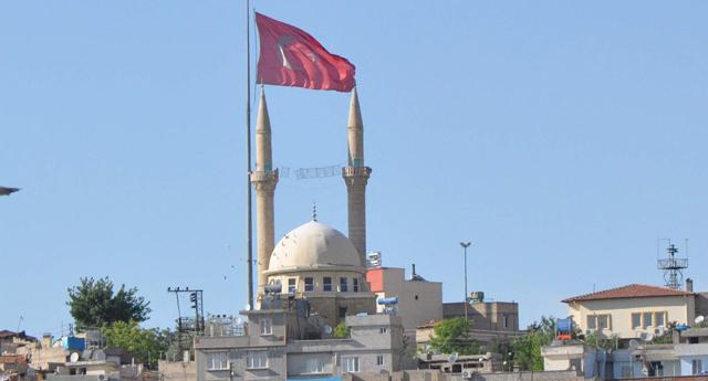 Bayrak ve minare ahengi