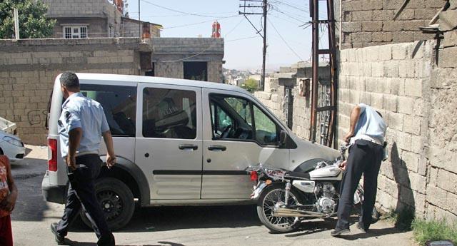 Polisten kaçarken, polis otosuna çarptılar
