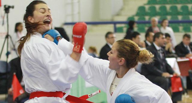 Karateciler minderi salladı