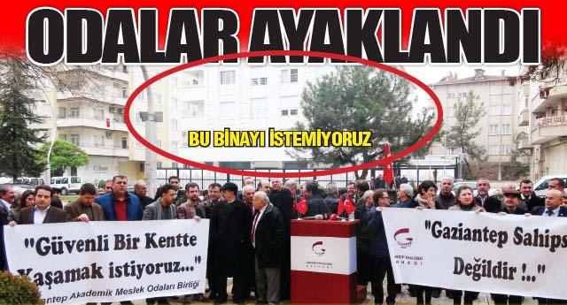 Suriye Muhaliflerinin binası önünde toplandılar