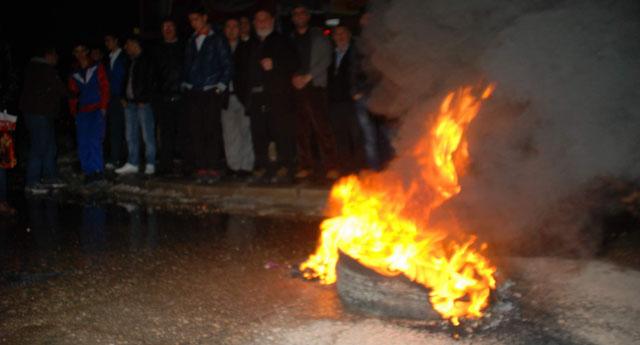 Yol kapatıp lastikleri yaktılar