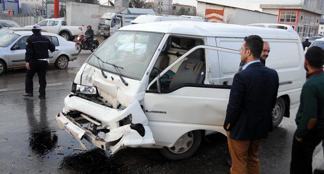 Minibüs, kamyonete çarptı: 3 yaralı