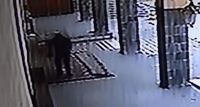 Camii'den ayakkabı çaldılar