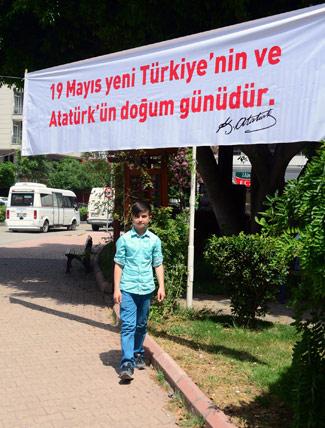 Adana'da ilginç 19 Mayıs pankartı!
