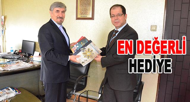 Halil İbrahim Yakar, Ökkeş Özekşi'ye, kitaplarından bir set hediye etti