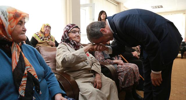 Huzurevinde yaşlılarla buluştu