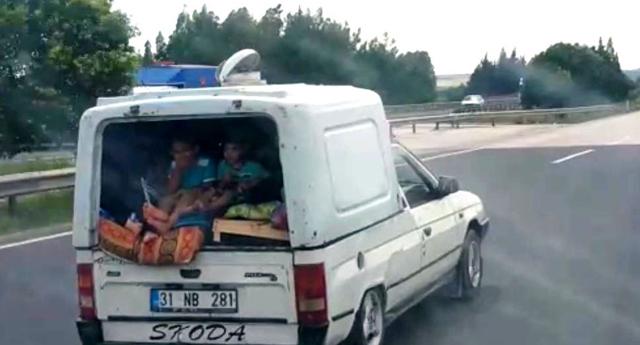 Panelvan arkasında tehlikeli yolculuk