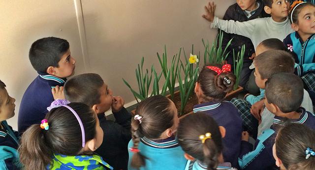 Bu okul çiçekler içinde