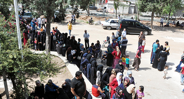 Suriyeliler yardım kuyruğunda