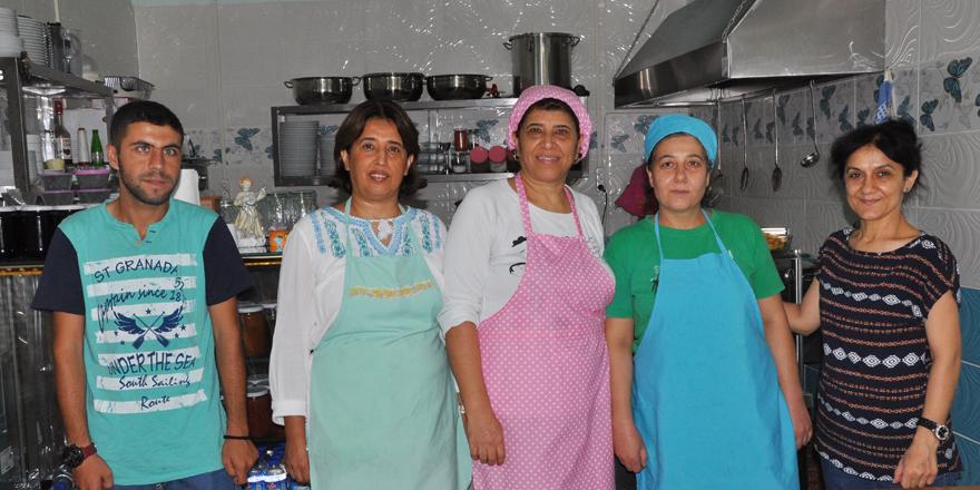 Pişirip, servis ediyorlar