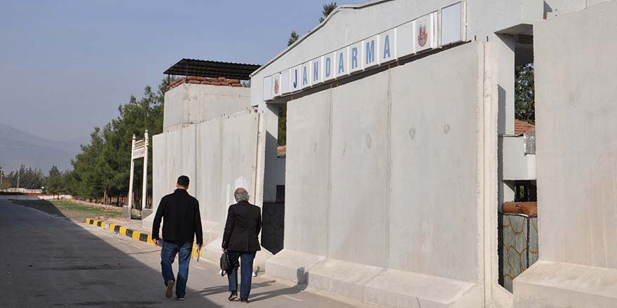 Jandarmanın etrafına beton blok