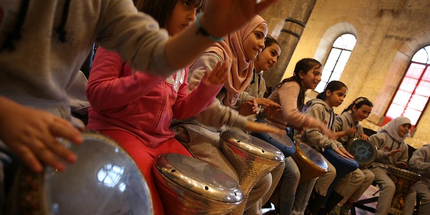 Suriyeli çocuklar ritim tutuyor