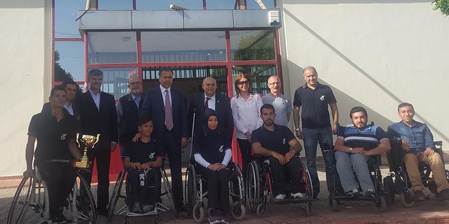 Vali Yerlikaya şampiyon engelli basketçileri kutladı