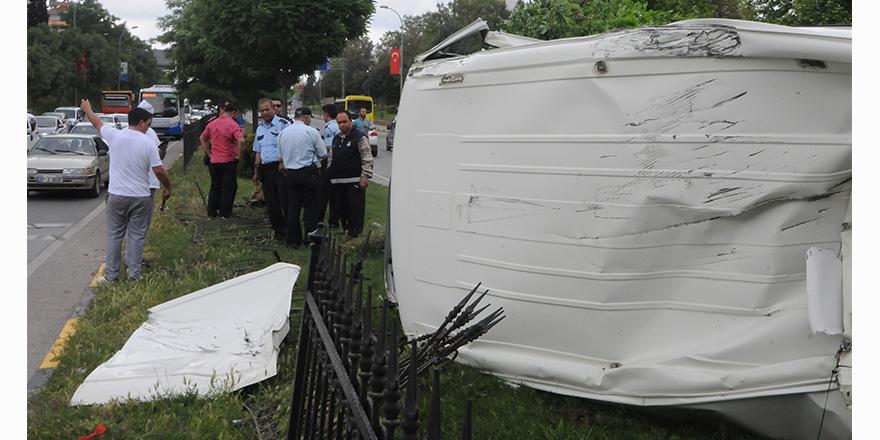 Çaldıkları minibüsle kaza yaptılar