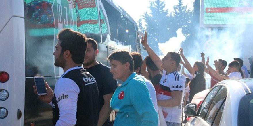 Beşiktaş Gaziantep'te şampiyon sloganıyla karşılandı