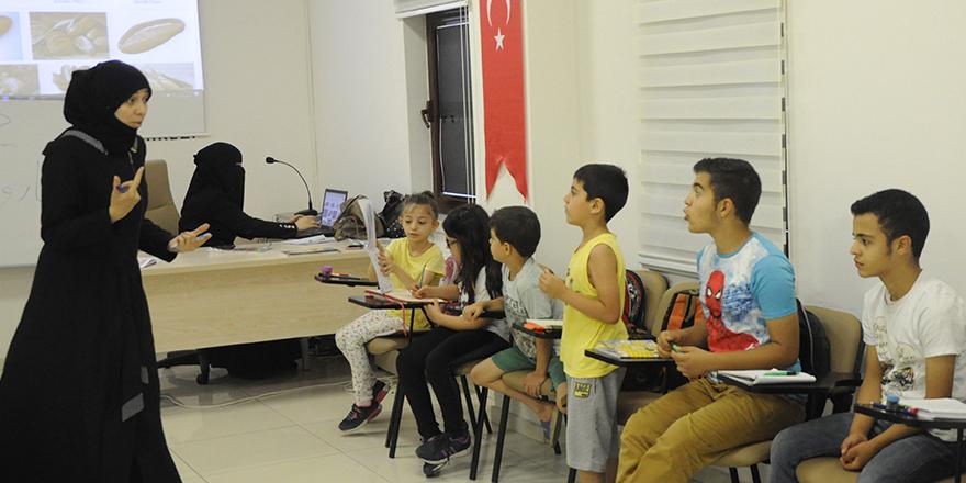Türk çocuklarına Arapça öğretiyor