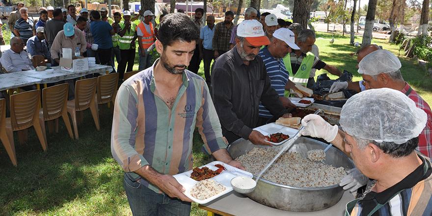 Belediyeden işçilere yemek