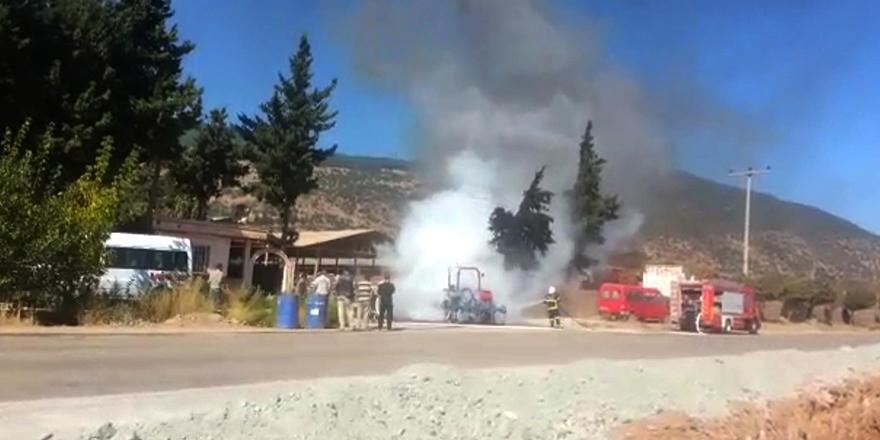 Tarla sürerken traktörü yandı