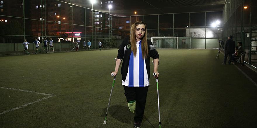 Sağ bacağı olmayan Ayşegül'ün futbol tutkusu