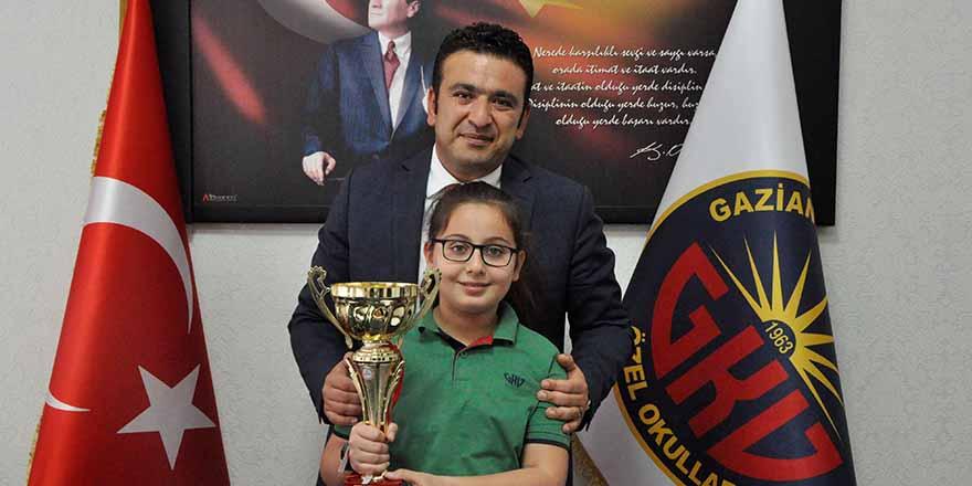 Dila Baloğlu ödülünü aldı